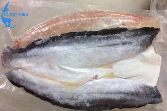 Khô cá dứa thật không có lớp mỡ dưới da.